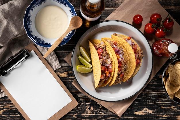 Tacos con verduras y carne plana.
