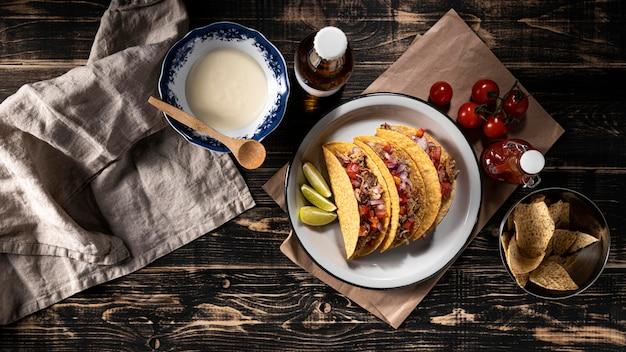 Tacos con verduras y carne vista superior.
