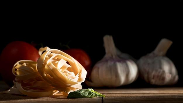 Tagliatelle con albahaca y verduras