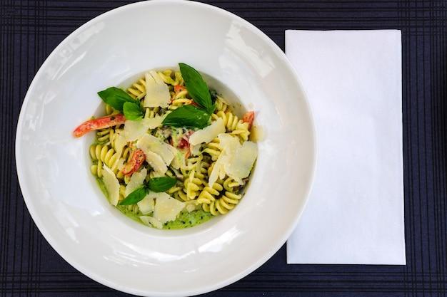 Tagliatelle italiano de pasta integral con salmón y perejil.