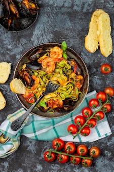 Tagliatelle de pasta de mariscos italianos caseros con mejillones y camarones