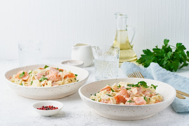 Tagliatelle con pescado y salsa cremosa