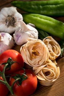 Tagliatelle plano con albahaca y verduras