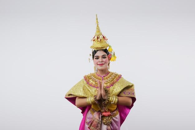 Tailandia bailando en khon benjakai enmascarado en gris. arte tailandés con un traje y un baile únicos.