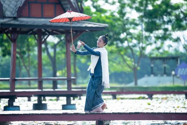Tailandia bailando mujeres en traje de estilo nacional: danza de tailandia