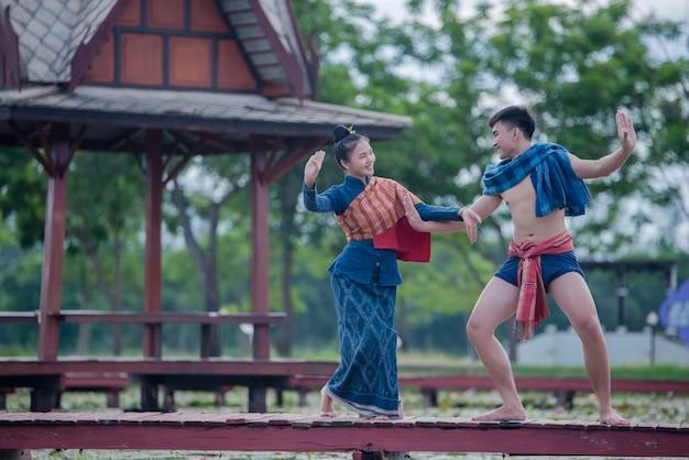 Tailandia bailarina mujer y hombre en traje nacional