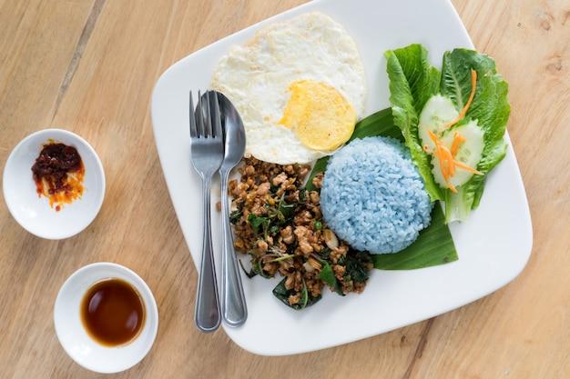 Tailandia comida cerdo con huevo frito albahaca