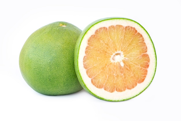 Tailandia pomelo fruta aislado sobre fondo blanco.