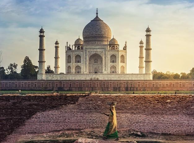 Taj mahal scenic la vista de la mañana del monumento taj mahal. un sitio del patrimonio mundial de la unesco en agra, india.