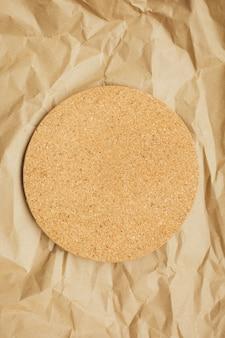 Tajadera redonda del corcho en fondo marrón. copia espacio vista superior. eco y concepto de salvar la tierra. cero desperdicio.