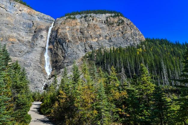 Takakkaw falls es la segunda cascada más alta del oeste de canadá, el parque nacional yoho, columbia británica.