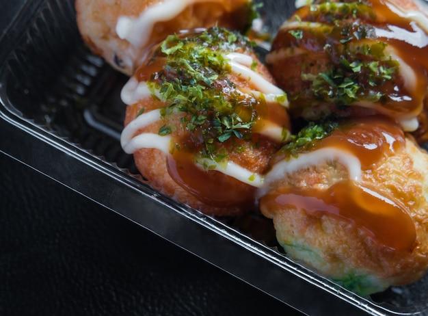 Takoyaki en bandeja de plástico