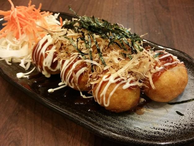Takoyaki, un bocadillo japonés que contiene pedazos de pulpo