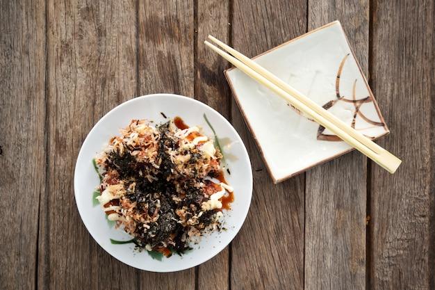 Takoyaki calamares a la parrilla con verduras y harina. aperitivo favorito comida japonesa.