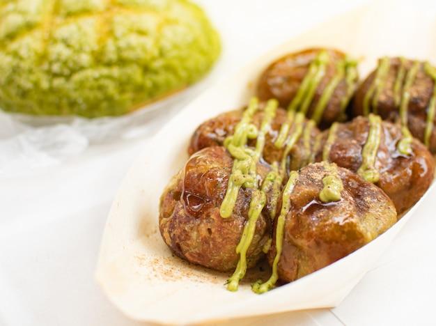 Takoyaki con salsa japonesa de crema de té verde. comida de asia.