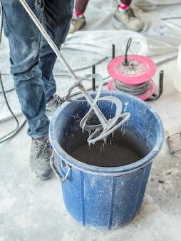 Taladre el estuco después de mezclar el mortero seco con agua.