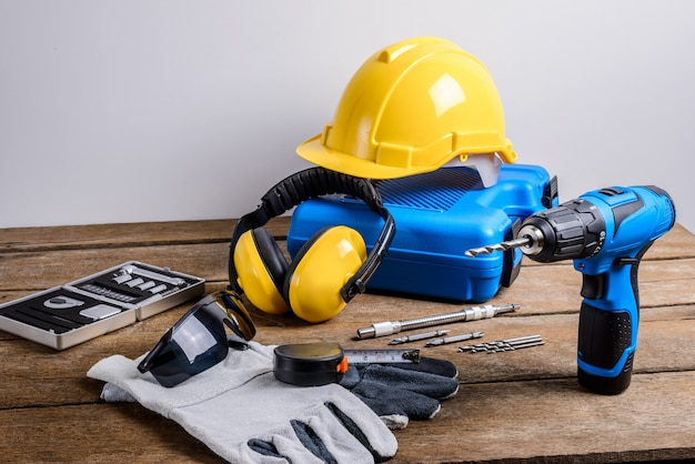 Taladro y conjunto de taladro, herramientas, carpintero y seguridad, equipos de protección.