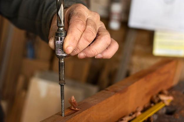 Taladro de primer plano para madera