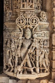 Talla de piedra en el templo de ranakpur, rajasthan