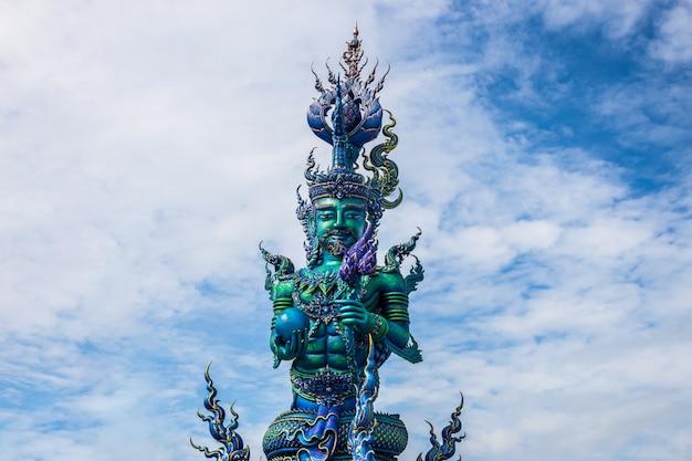 Talla de poste del cuento de hadas artístico en el templo de wat rong sua ten con fondo de cielo azul