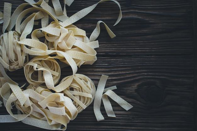 Tallarines de pasta sobre un fondo de madera