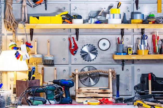 Taller de carpintería equipado con las herramientas necesarias.