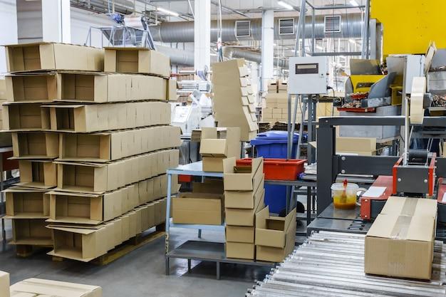 Taller de envasado de productos terminados de confitería con cajas vacías preparadas