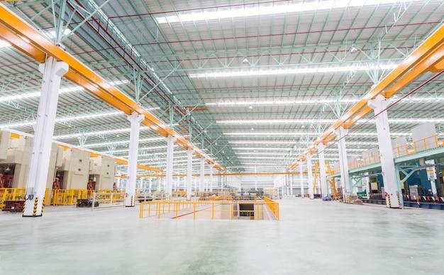 Taller de fábrica de interiores y máquinas.