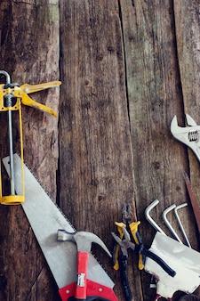 Taller, reparación. herramientas en la mesa de madera