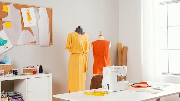 Taller con ropa y maquina de coser