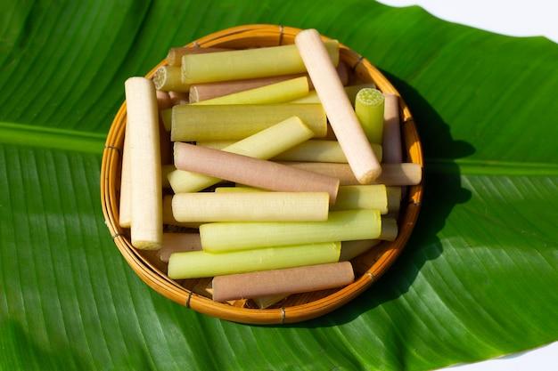 Tallos de loto en canasta de bambú en hoja de plátano