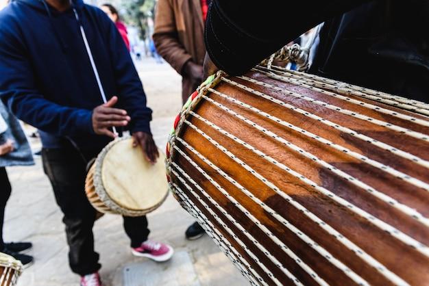 Tambores africanos soplando sus bongos en la calle.