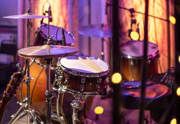 Tambores, platillos, hi hat on beautiful en el estudio de grabación.