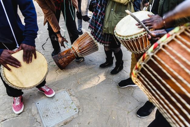 Tamborileros africanos soplando sus bongos en la calle.