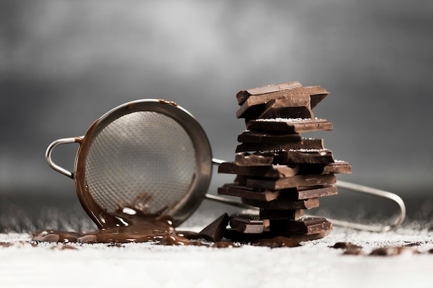 Tamizar con chocolate derretido y azúcar