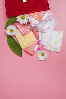 Tampones y compresas menstruales en bolsa de cosméticos, higiene y protección del ciclo de la menstruación