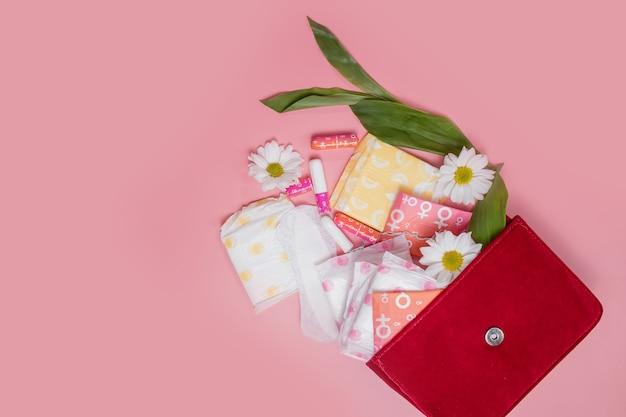 Tampones y compresas menstruales en bolsa de cosméticos