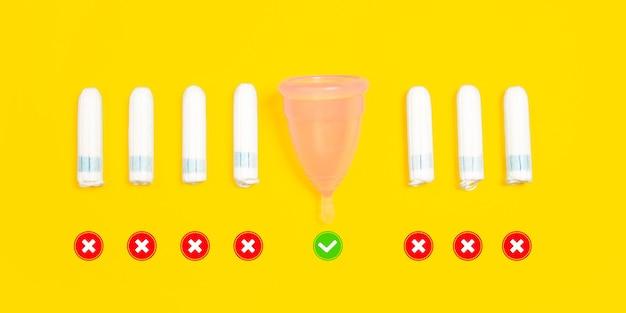 Tampones y copa menstrual. vida ecológica: cosas recicladas orgánicas en comparación con polímeros, plásticos análogos. productos naturales para reciclar y no dañinos para el medio ambiente y la salud.