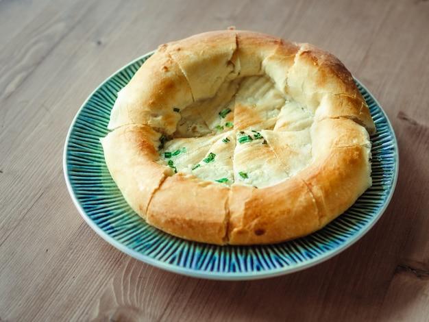 Tandoor sabroso pan horneado en plato