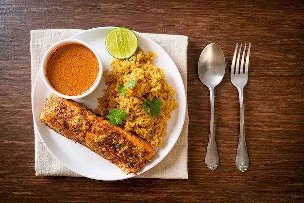Tandoori de salmón a la sartén con arroz masala - estilo de comida musulmana