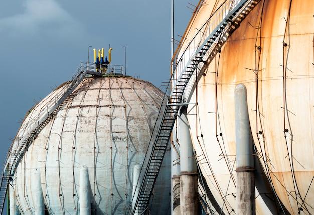 Tanque esférico de gas natural en la industria petroquímica a la luz del día
