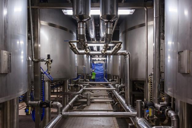 Tanque de mezcla de acero inoxidable en línea de producción en fábrica de la industria farmacéutica y de bebidas