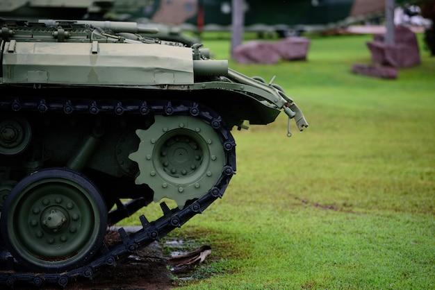 Tanque militar pesado estacionado en el césped