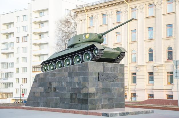 Tanque en el pedestal en minsk cerca de los oficiales de la casa
