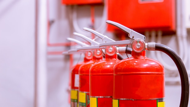 Tanque rojo de extintor de incendios descripción general de un potente sistema de extinción de incendios industrial.