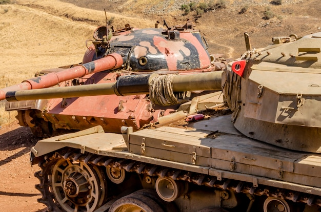 Tanque t62 sirio frente a un tanque centurión israelí en el valle de las lágrimas en israel