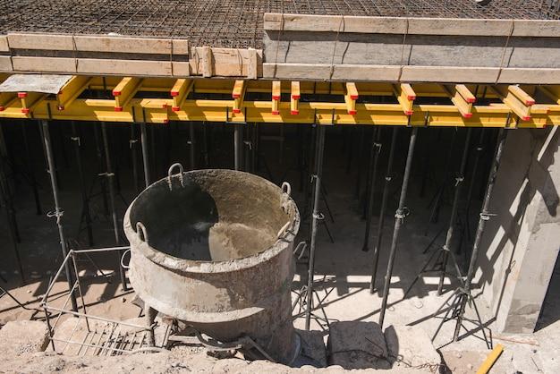 Tanque para verter hormigón en el sitio de construcción.