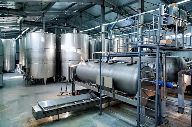 Tanques de almacenamiento de vino de metal en una bodega.