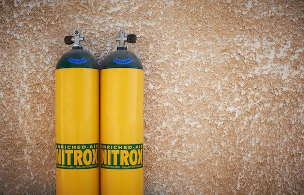 Tanques de buceo amarillos con nitrox