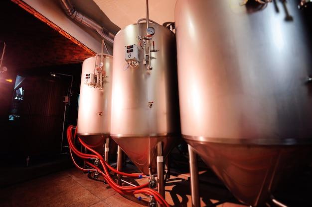 Tanques de cerveza y equipos para elaborar cerveza de cerca.